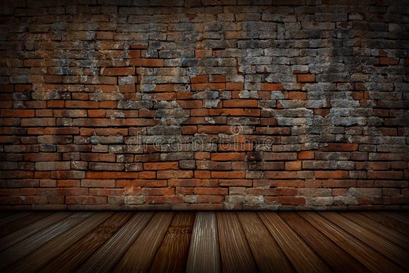 Las paredes de ladrillo rojas viejas y los pisos de madera fotos de archivo libres de regalías