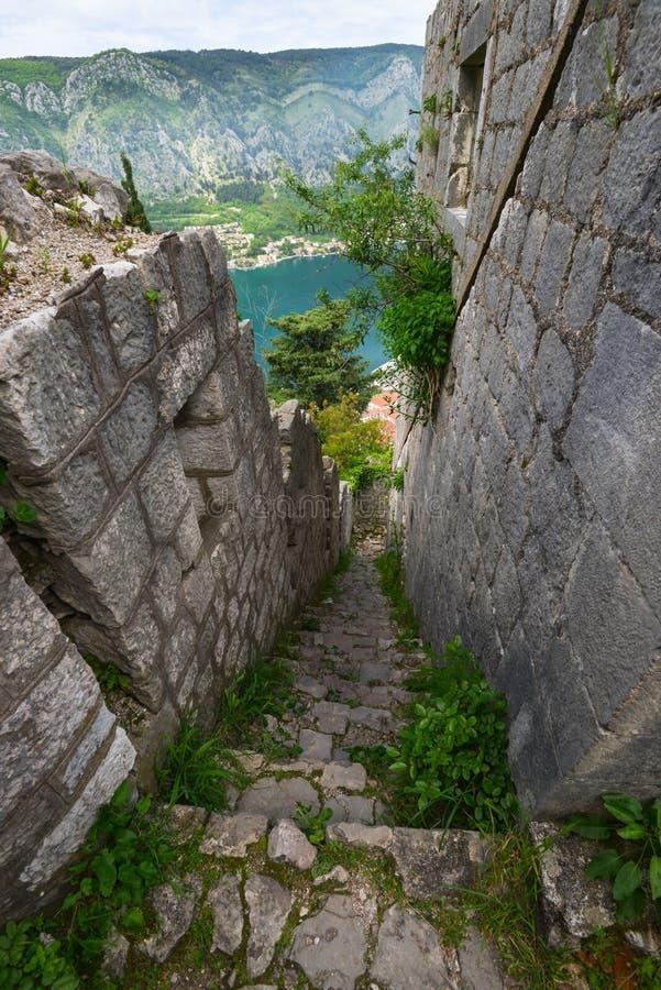 Las paredes del palacio en la fortaleza de Kotor foto de archivo libre de regalías