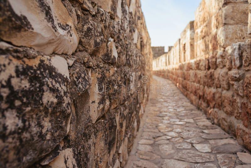 Las paredes que rodean la ciudad vieja de Jerusalén, paseo a de los terraplenes fotografía de archivo libre de regalías