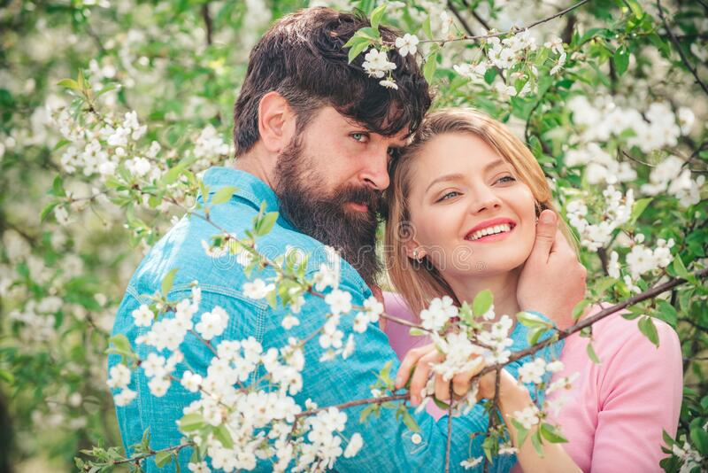 Las parejas jóvenes enamoradas se divierten - concepto del día de San Valentín Feliz Pascua Concepto romántico de pareja de citas imagen de archivo