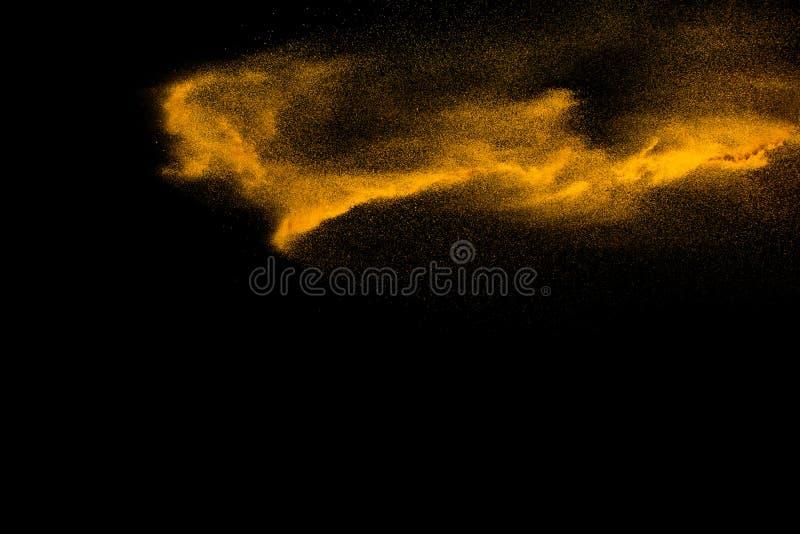 Las partículas de Brown sacan el polvo del chapoteo en fondo negro Explosión de polvo de Brown imagen de archivo libre de regalías