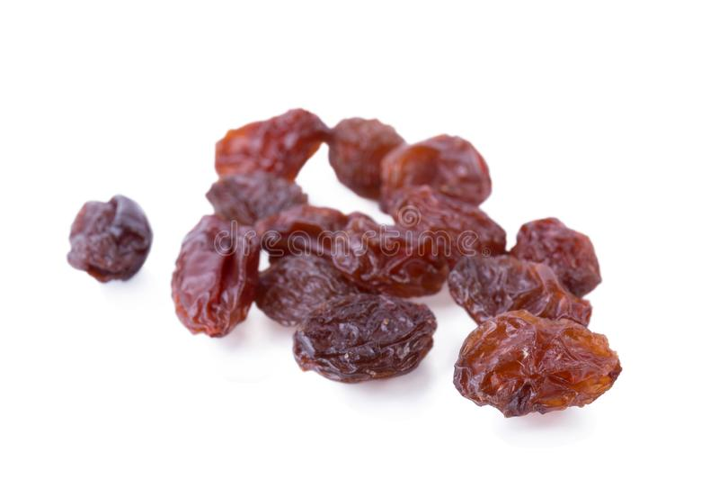 Las pasas negras secaron las uvas dulces aisladas en blanco foto de archivo