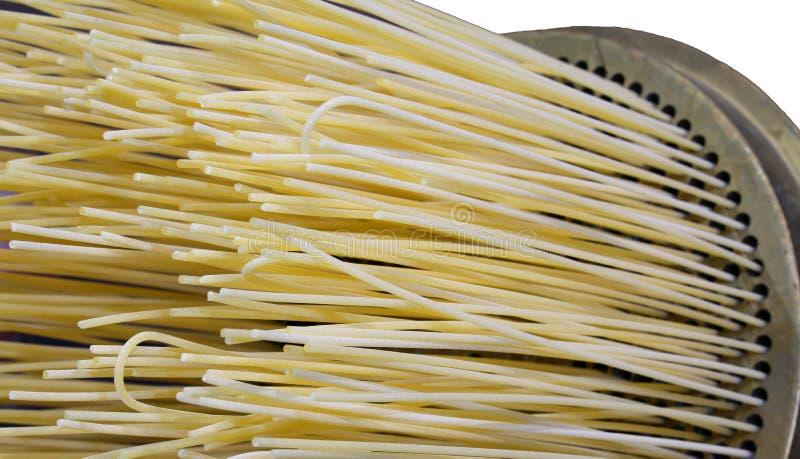 Las pastas italianas de los espaguetis con la técnica llamaron TRAFILURA que significa el trefilado de cobre amarillo la pasta en imagenes de archivo