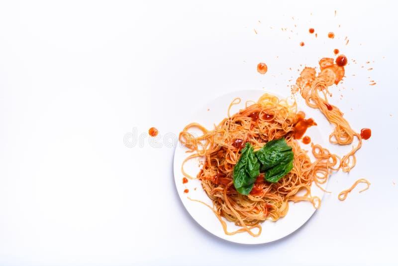 Las pastas italianas en una placa, espagueti cocinaron con la salsa de tomate fotos de archivo libres de regalías