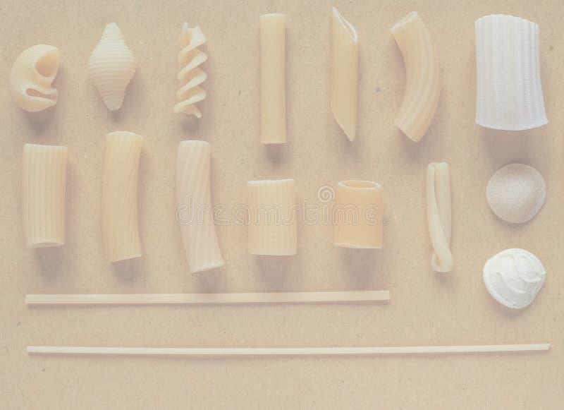 Las pastas italianas tradicionales, suavidad se descoloraron fondo del tono foto de archivo