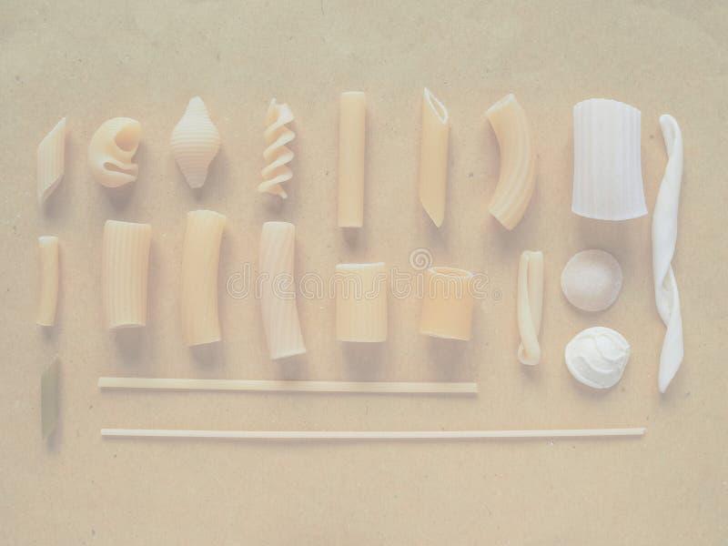 Las pastas italianas tradicionales, suavidad se descoloraron fondo del tono fotos de archivo libres de regalías
