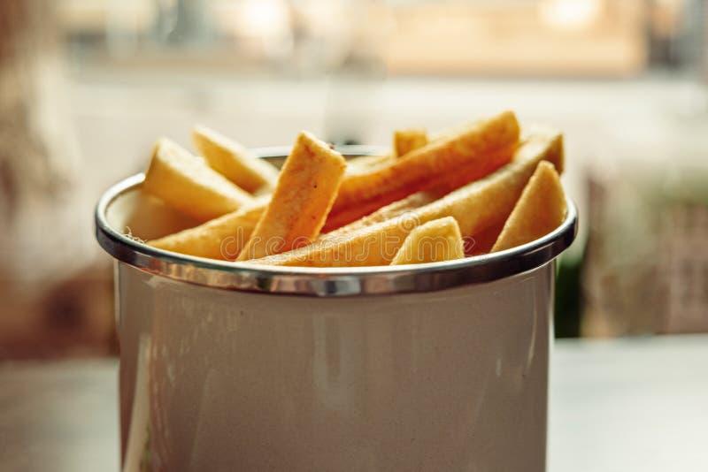 Las patatas fritas en cesta sirvieron en café desde arriba de la visión foto de archivo libre de regalías