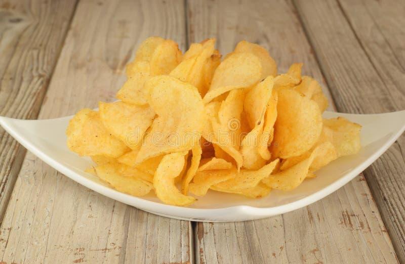 Las patatas fritas salten en la placa imagen de archivo libre de regalías