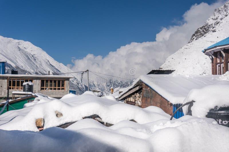 Las pensiones en el pueblo Kyangjin Gompa cubrieron por la nieve fotos de archivo libres de regalías