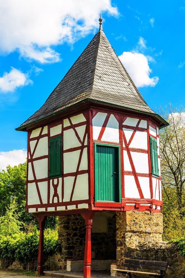 Las pequeñas aduanas antiguas se elevan en los bancos del río principal en Hanau-Steinheim, Alemania fotografía de archivo