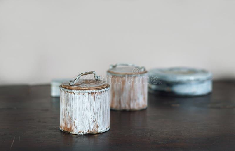 Las pequeñas cajas viejas pintaron blanco en la tabla de madera fotos de archivo libres de regalías