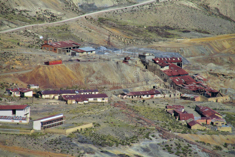 Las pequeñas casas del pueblo con rojo cubren cerca del camino de la montaña foto de archivo libre de regalías