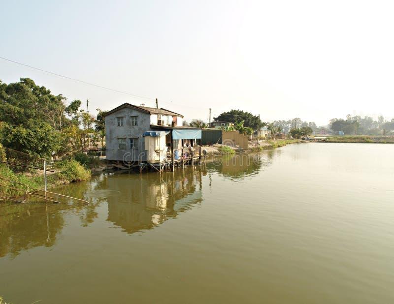 Las pequeñas casas rurales sobre el agua, Nam cantaron Wai, HK imagen de archivo libre de regalías
