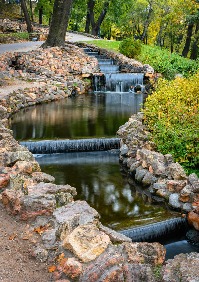 download las pequeas cascadas artificiales en la colina del bastin parquean en riga letonia foto - Cascadas Artificiales