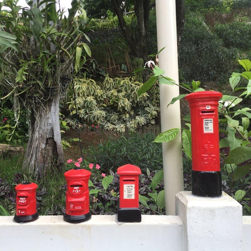 Las pequeñas oficinas de correos en la cerca imagenes de archivo