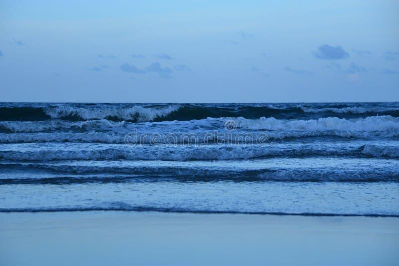 Las pequeñas ondas se siguen rápidamente sobre la playa de Boca Raton en la Florida del sur fotos de archivo libres de regalías