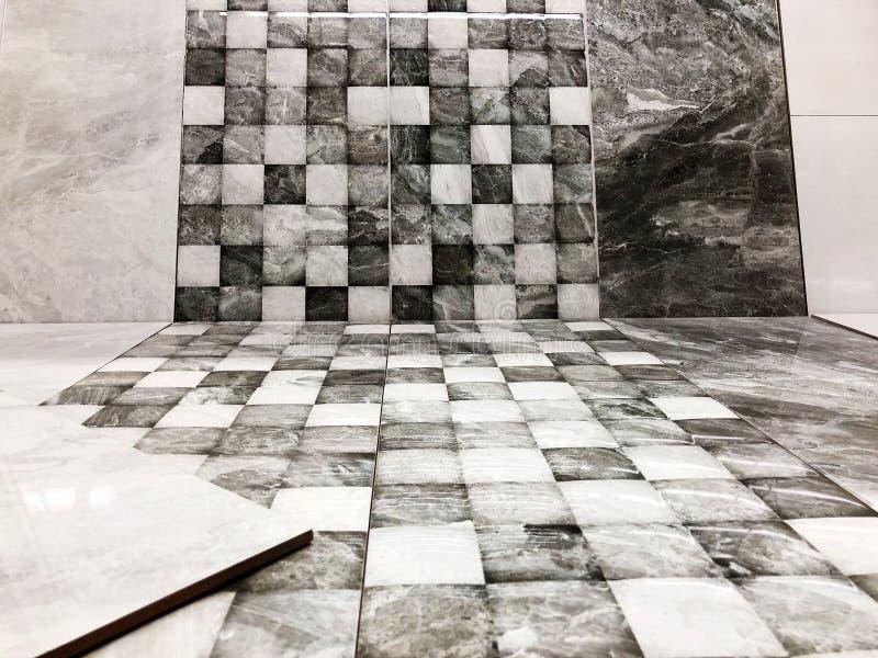 Las pequeñas tejas cuadradas decorativas blancos y negros, ladrillos texturizan el mosaico foto de archivo libre de regalías