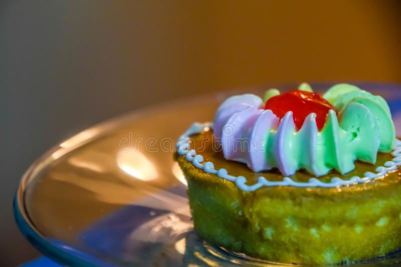 Las pequeñas tortas colocaron en una placa de cristal, comida del freno son convenientes para comer con café imágenes de archivo libres de regalías