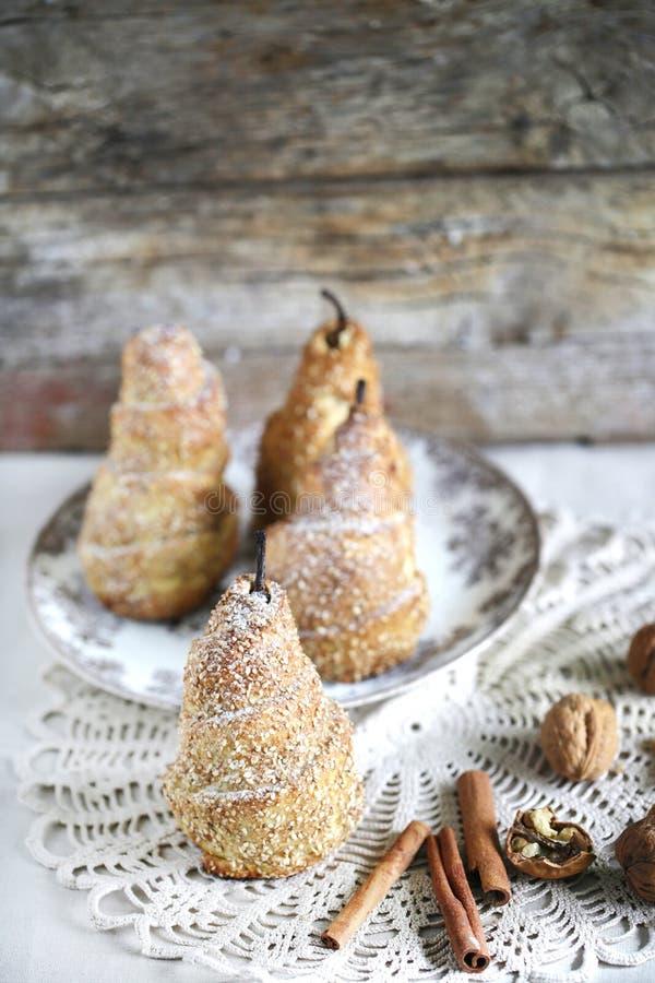 Las peras envueltas pasta de hojaldre cocieron con canela, sésamo y nueces foto de archivo libre de regalías