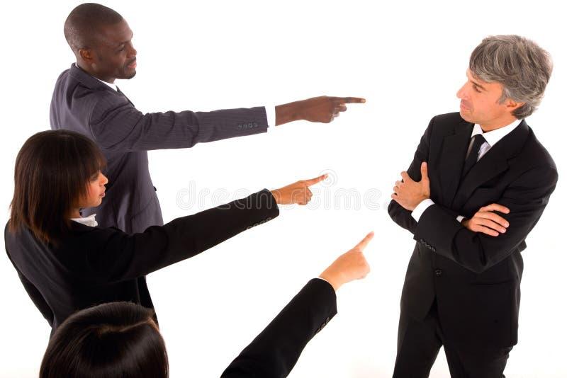 Las personas de trabajo señalan el dedo en un colega fotos de archivo