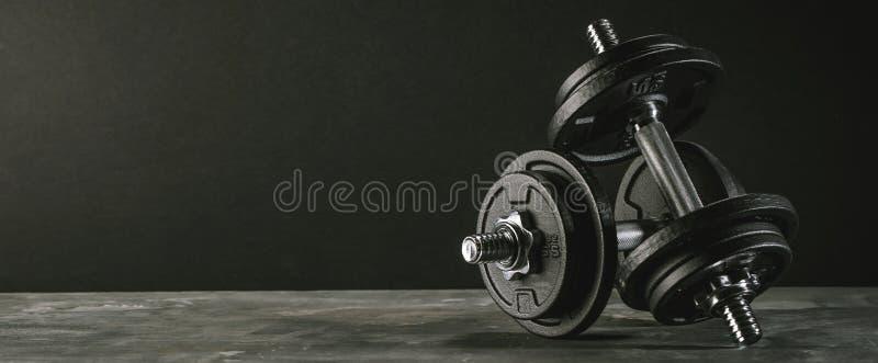 Las pesas de gimnasia de la aptitud cargan al club de fitness del foco selectivo del equipo foto de archivo