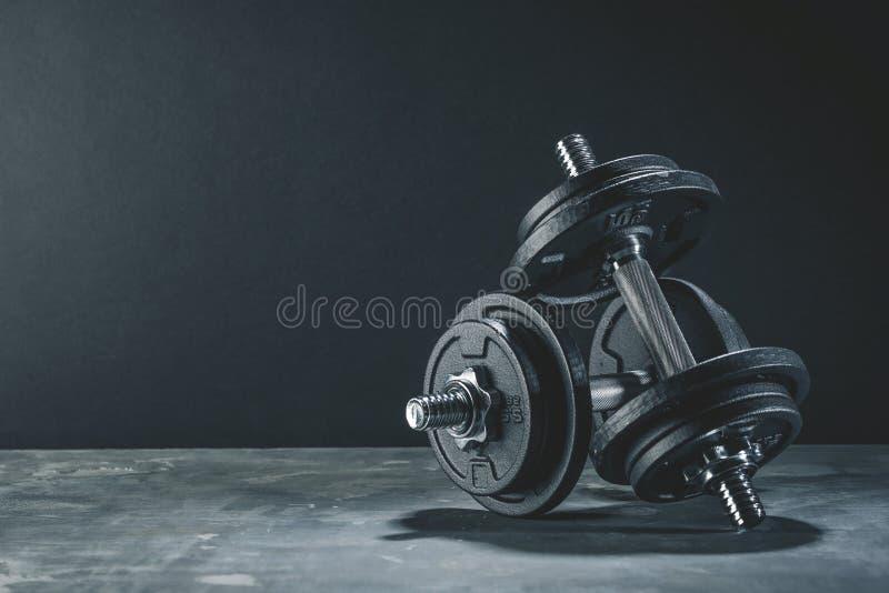 Las pesas de gimnasia de la aptitud cargan al club de fitness del foco selectivo del equipo imagen de archivo