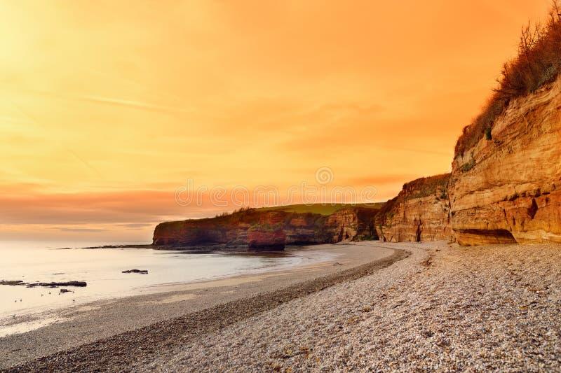 Las piedras areniscas rojas impresionantes del Ladram aúllan en la costa jurásica, un sitio del patrimonio mundial en la costa de imágenes de archivo libres de regalías