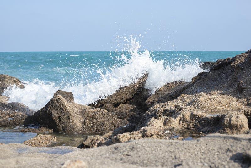 Las piedras azules del mar de las ondas asaltan el fondo de la naturaleza imágenes de archivo libres de regalías