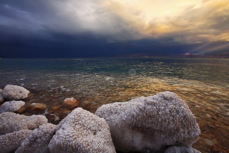 Las piedras cubiertas por el aplazamiento salado foto de archivo libre de regalías