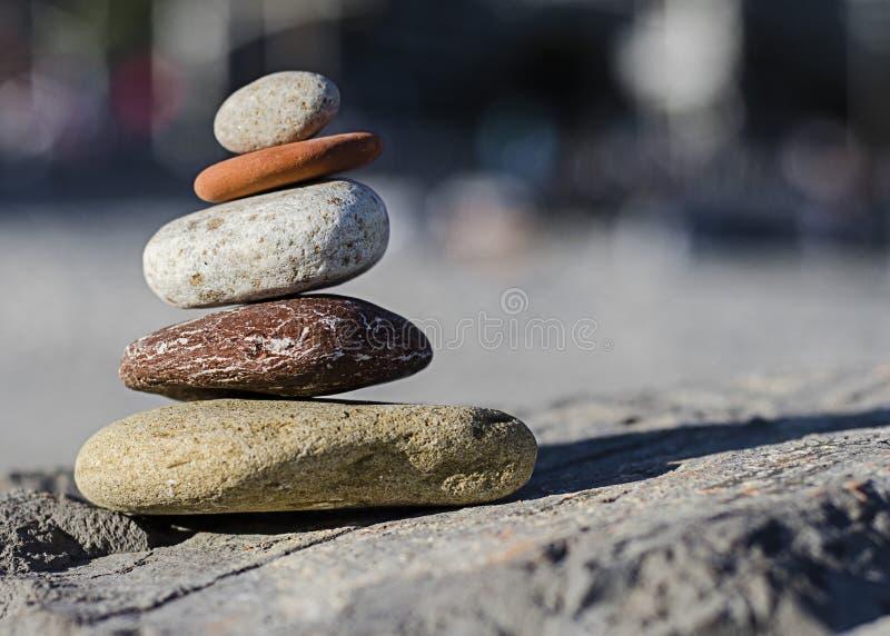 Las piedras de Mediteranian equilibraron en la playa Niza de rocas inferiores. imagen de archivo libre de regalías