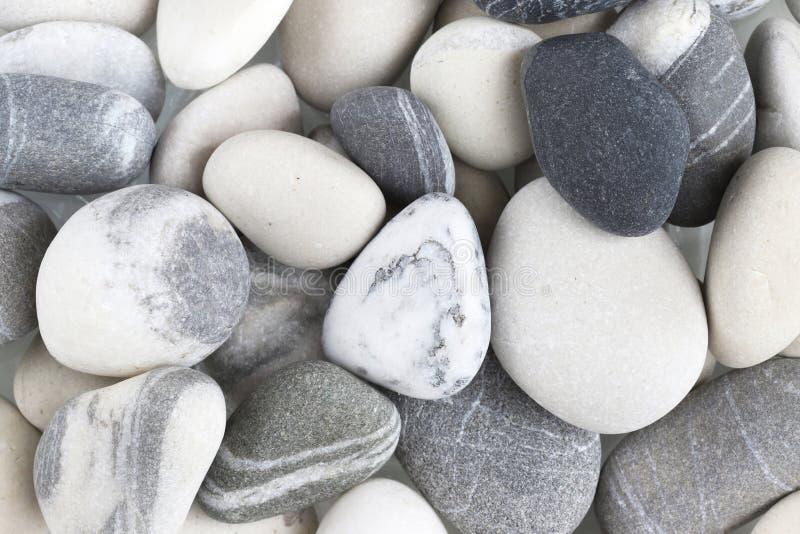 Las piedras del mar son blancas y grises fotografía de archivo libre de regalías