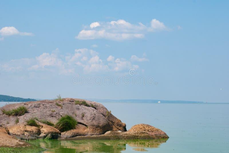 Las piedras en una corriente con buen funcionamiento riegan, el paisaje idealista, día soleado en el río, imagen de archivo libre de regalías