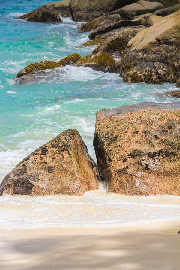 Las piedras lisas grandes con turquesa riegan en foto de archivo libre de regalías