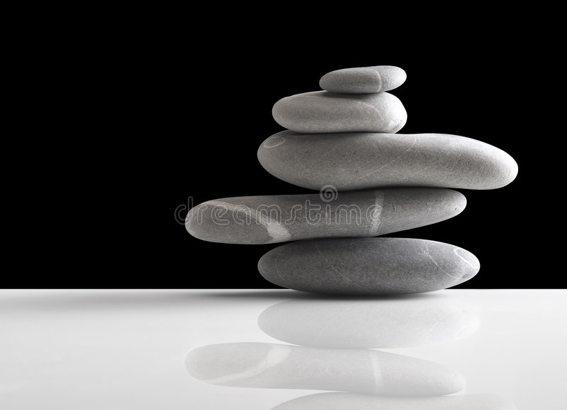 Las piedras llenan sobre negro fotografía de archivo libre de regalías