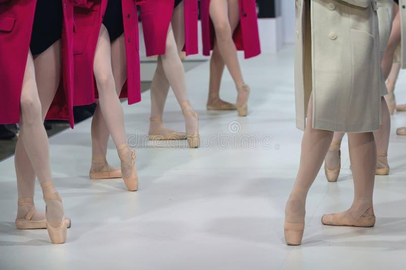 Las piernas de Ballerin mientras que baila en una capa imágenes de archivo libres de regalías
