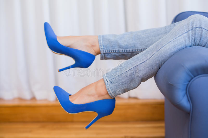 Las piernas de la mujer en tacones altos imagen de archivo libre de regalías