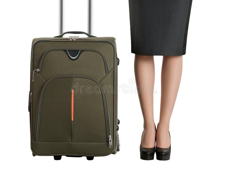 Las piernas de la mujer hermosa y maleta del viaje foto de archivo libre de regalías