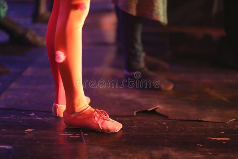 Las piernas de los bailarines de ballet jovenes imagenes de archivo