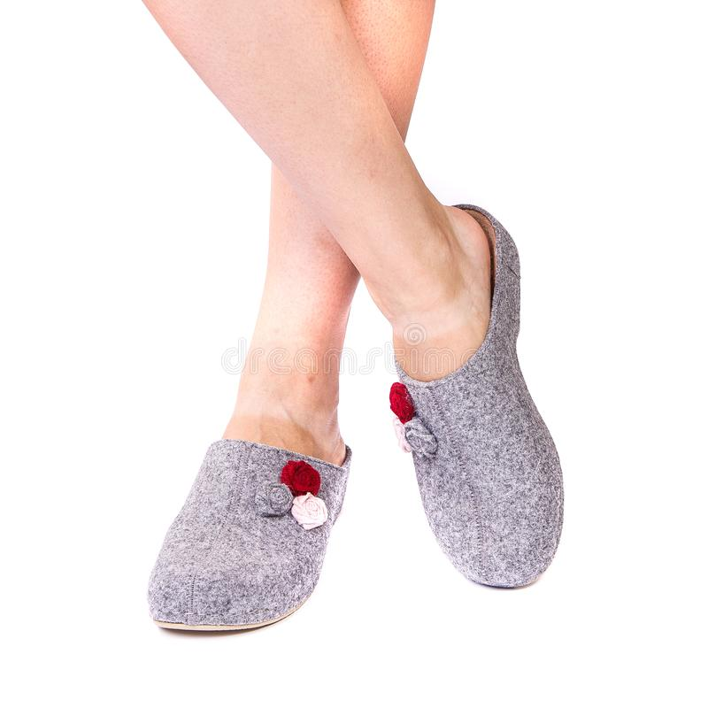 Las piernas de los zapatos ortopédicos de una muchacha en blanco aislaron el fondo fotografía de archivo libre de regalías