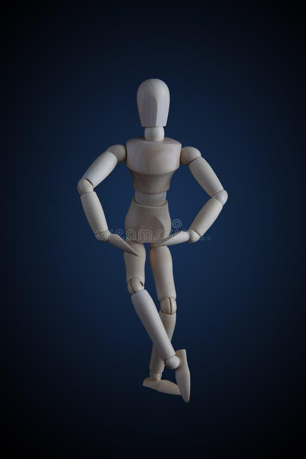 Las piernas de madera de la travesía de la estatuilla en el baile elegante se mueven en vagos oscuros imágenes de archivo libres de regalías