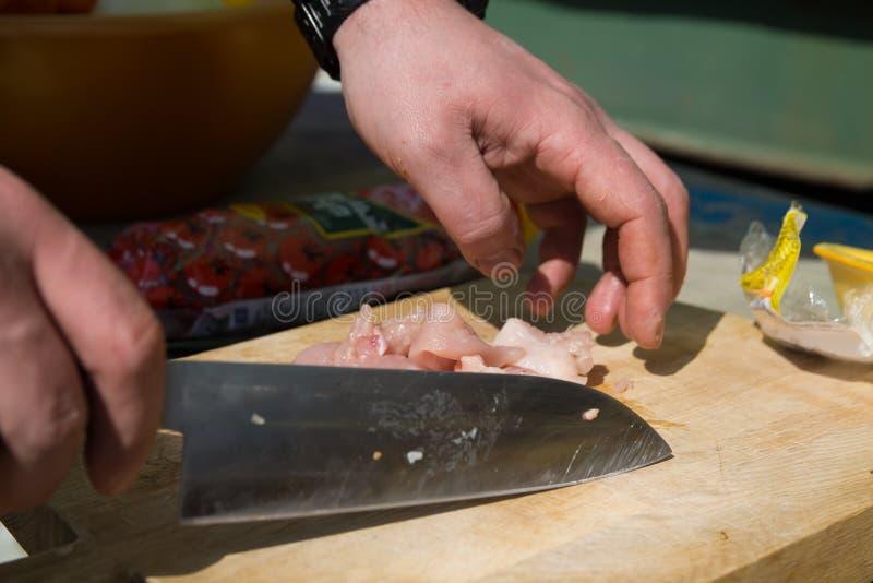 Las piernas de pollo crudas se prepararon en un tablero de madera para cocinar fotografía de archivo libre de regalías