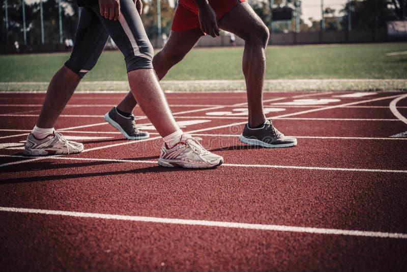 Las piernas de un atleta de sexo masculino blanco y negro fotografía de archivo