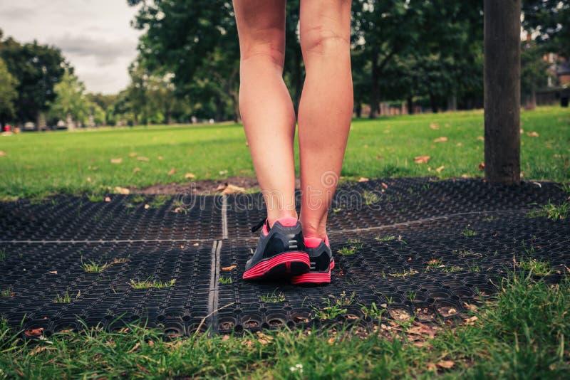 Las piernas de una mujer joven por el equipo de la aptitud fotos de archivo