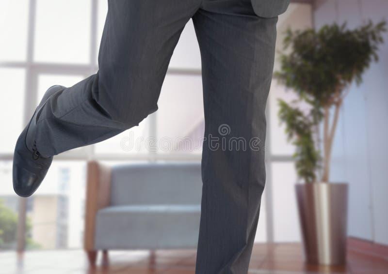 Las piernas del hombre de negocios que corren en oficina imágenes de archivo libres de regalías