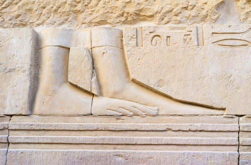 Las piernas en la placa de piedra imagen de archivo