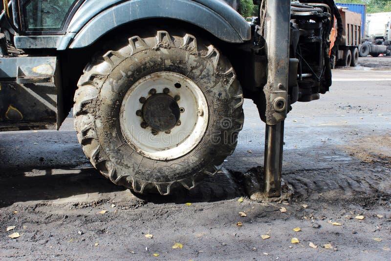 Las piernas estabilizadoras del soporte fuerte del tractor extendieron para estabilizarse y de estado estacionario al cavar el su fotos de archivo libres de regalías