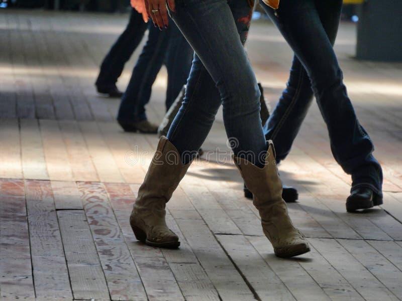 Las piernas se cierran para arriba de efecto occidental tradicional del dinamismo de la falta de definici?n de los bailarines de  fotos de archivo