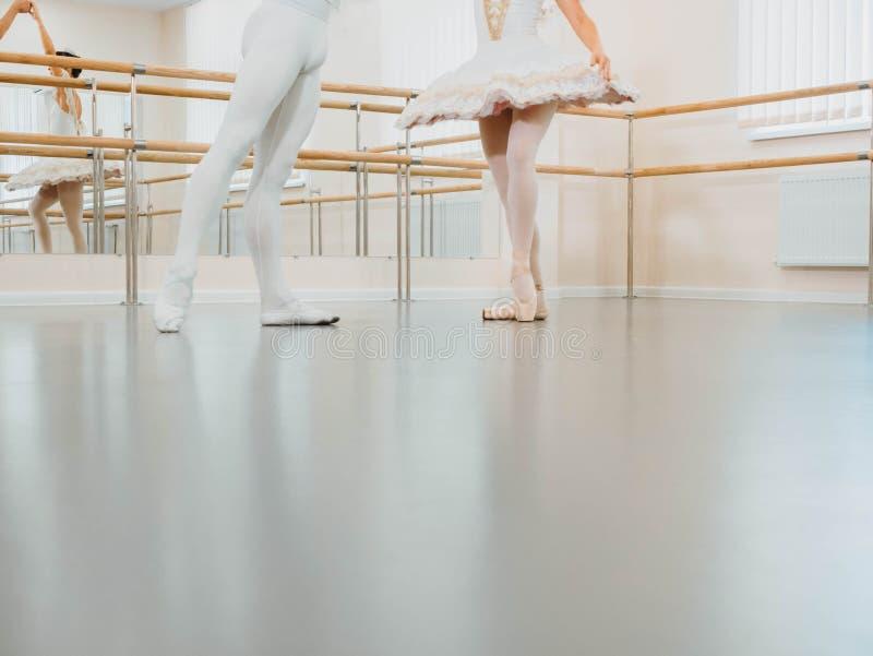 Las piernas se cierran para arriba Ensayo en el pasillo o el estudio del ballet con el interior del minimalismo E imágenes de archivo libres de regalías