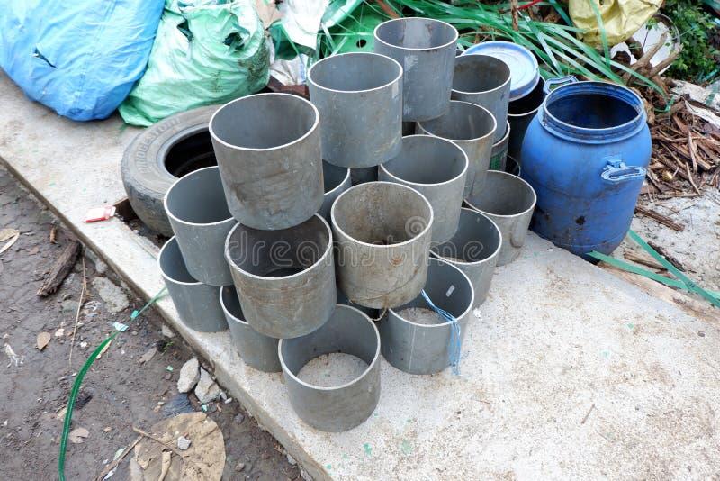 las pilas de los bidones, pedazos de tubos plásticos, cubos y basura, utilizaron los envases de materiales de la industria químic foto de archivo libre de regalías