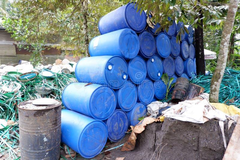 las pilas de los bidones, pedazos de tubos plásticos, cubos y basura, utilizaron los envases de materiales de la industria químic imagen de archivo
